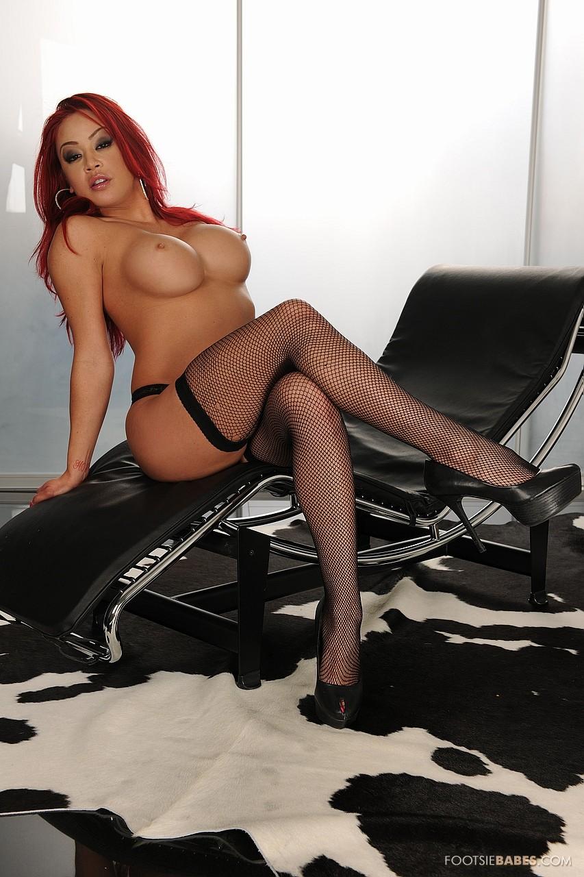 Рыжая девушка в чёрных чулках порно