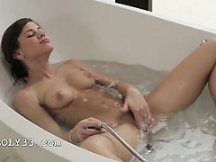 dildoing-her-sleek-snatch-in-the-bath
