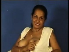indian-aunty-showing-off-her-tits