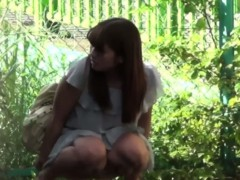 sexy-japanese-girl-pisses-in-public