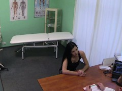 fakehospital-doctors-talented-digits-make-milf-squirt