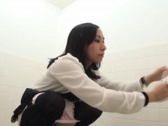 Japanese ho pisses on cam
