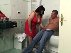 he-screws-busty-girlfriends-mom-in-the-bathroom
