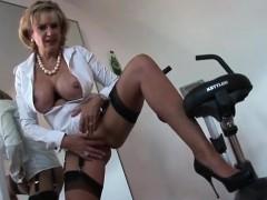 unfaithful-british-mature-lady-sonia-reveals-her-heavy-boobs
