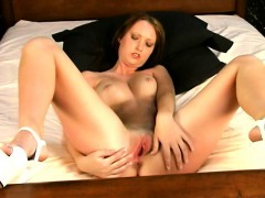 slender-babe-in-high-heels-lies-on-the-bed-and-fingers-her-honey-hole