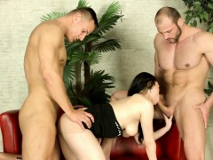 babe-rides-in-threesome