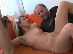 Дед трахает девушку внука