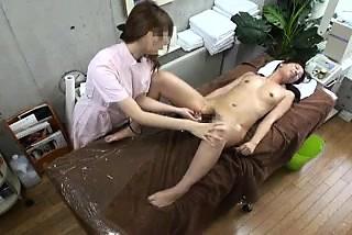 セクシーなスリムな日本可愛い娘は、Aマッサージ師に彼女の雨天ピーチをつかまえさせておく-3259020-ポルノ屋