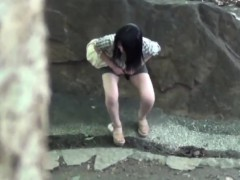 asians-urinate-outdoors