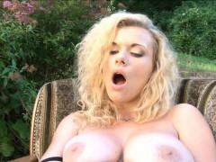 anita vixen stretches both her tight holes with a big dildo
