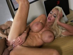 nicolette-shea-in-the-new-girl-episode