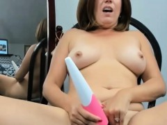 warm-milf-enjoys-her-webcam-show