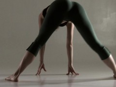razdery-noga-in-tight-yoga-pants