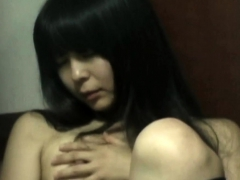 Japanese babe rubs cunt