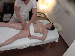 squirting-milf-enjoying-strong-orgasm-on-massage