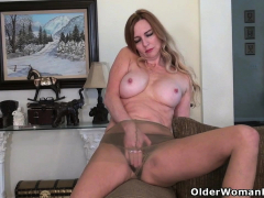 american-milf-phoebe-waters-makes-her-clit-tingle