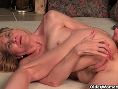 american-gilf-penny-gives-her-old-pussy-the-finger-treatment
