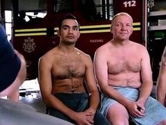 Bombeiros fazendo exame nos testiculos