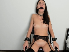 amateur-brunette-ariana-marie-solo-toying