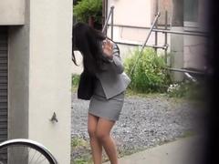 japanese-hottie-urinates-on-the-street
