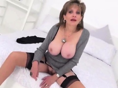 Cheating uk mature lady sonia shows off her huge jugs98Gvu